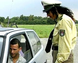 Téléchargement de Policière ultra chaude baise avec deux suspects