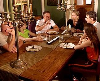 Téléchargement de Il baise sa belle soeur après un repas de famille