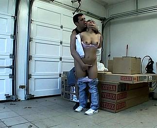 Téléchargement de Auto-stoppeuse séquestrée et baisée dans un entrepôt
