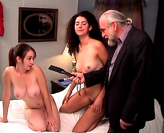 Papy pervers avec deux jeunes soumises