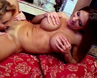 Milf brune aux gros seins avec une mature blonde