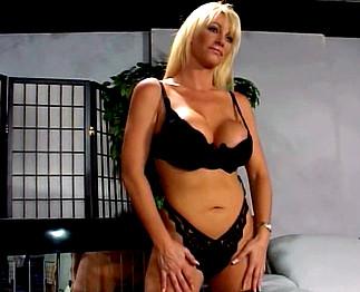 Téléchargement de Belle bimbo blonde aux gros seins