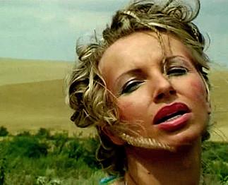 Téléchargement de Milf blonde aux gros nichons dans un champs