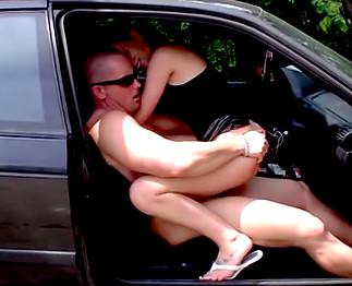 Grosse baise sur une parking public