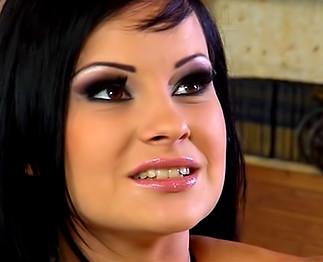 Téléchargement de Bonne brunette suce et baise comme une reine