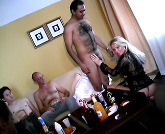 Téléchargement de La stripteaseuse fait des extras!!!