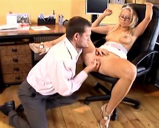 Téléchargement de Bonne secrétaire blonde à lunettes