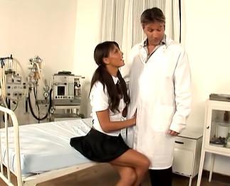 Sexe : Le docteur sodomise une jeune aide soignante