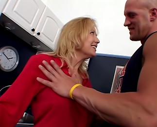 Sexe : Cougar blonde se tape un jeune sportif bien en forme!