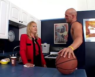 Cougar blonde se tape un jeune sportif bien en forme!
