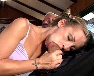 Téléchargement de Papy de 60 ans se baise une fille de 19 ans et sa vieille femme !