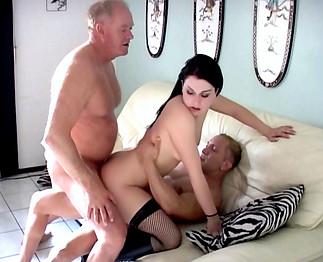 Une jeune salope se fait fourrer la chatte et l'anus par trois types