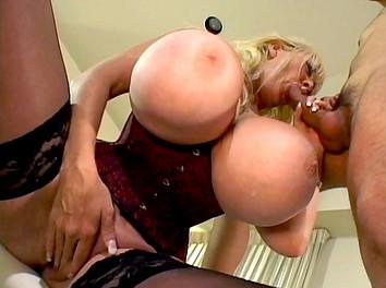 Kayla Kleevage : Cette femme mûre a vraiment une paire de nichons gigantesques  2