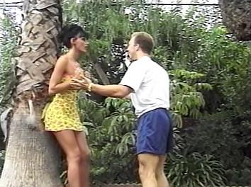 Anita Blond culbutée au fond du jardin
