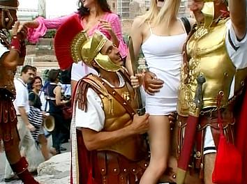 Kate More et sa copine 2 superbes salopes en exhib à Rome et sodomie profonde ! 1