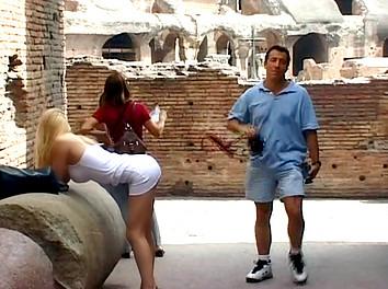 Kate More et sa copine 2 superbes salopes en exhib à Rome et sodomie profonde ! 3
