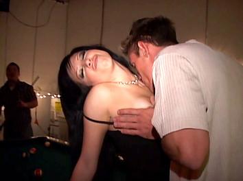 Jeune brunette bourrée qui baise en public 2