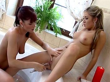 Deux jeunes lesbiennes se tripotent sous la douche  3