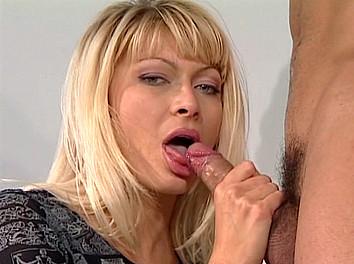 Lea Martini femme mûre s'offre un jeune modèle