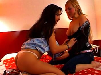 Lesly Kiss et Victoria Cruz  : deux filles et un  mec,  chaude baise en trio 3