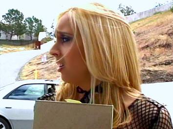 Kelly Wells Jeune blonde baisée et sodomisée par trois types musclés
