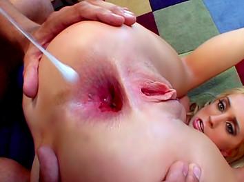 Kelly Wells : Une bombe sexuelle très chaude se fait défoncer le cul dans tous les sens 1