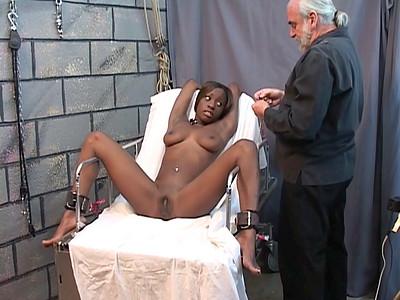 Un vicelard s'occupe de faire souffrir une jolie black soumise dans Black et africaine 1