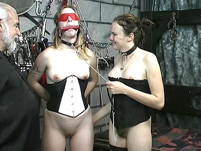 Flagellation de la chatte pour esclave soumise