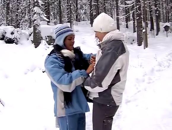 Deux bombasse lesbiennes baisent dans la neige