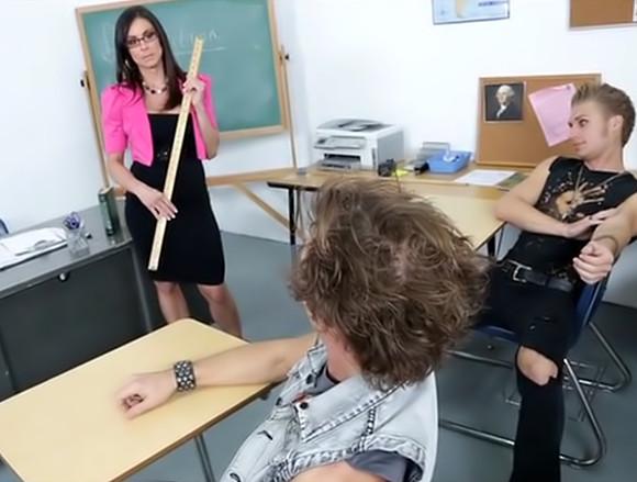 Prof aux gros nibards prise par 2 étudiants