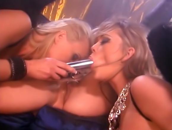 Trio de lesbiennes dans un bar à putes