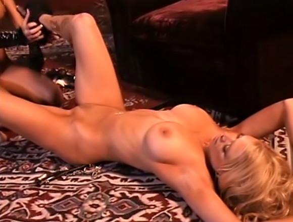 Gode et luxure pour deux superbes bimbo blondes